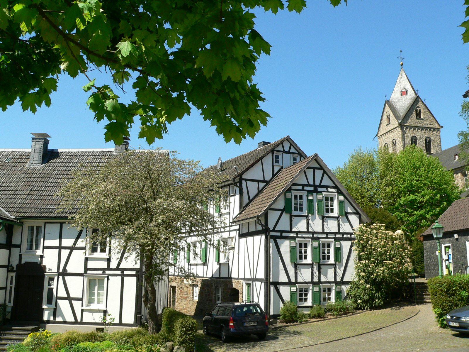 Morsbach_Basilika_Fachwerkhäuser_00.00.2013_007FotoCBuchen